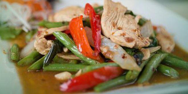 Hähnchenpfanne mit Paprika, Champignons, Zuckerschoten und Sojasprossen