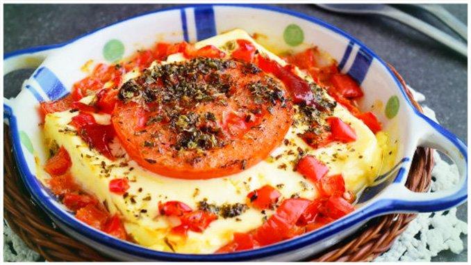 Einfache Gebackener Feta mit Kräutern und Tomaten mit 5 Zutaten